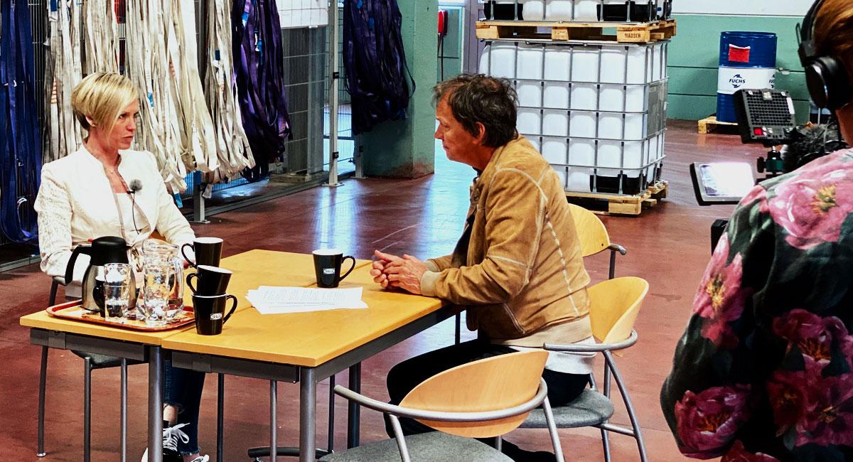 Linda Fransson intervjuas av Lennart Ekdal för SVT